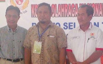 Tengah Adiyat Nugraha Ketua Umum KONI terpilih, didampingi (kiri) Ketua KONI terdahulu Irawansyah dan paling kanan wakil Ketua Umum KONI Kalteng Nurani Mahmudin