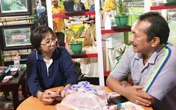 Praktisi kelapa sawit sedang berdiskusi dengan Head of Research Sulung Research Station (SRS) Fizrul Indra Lubis di stan pameran CBI Group