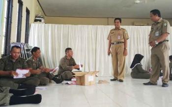 Kepala DPMD Kotim Redy Setiawan saat memantau pelipatan surat suara pilkades, Senin (9/10/2017).