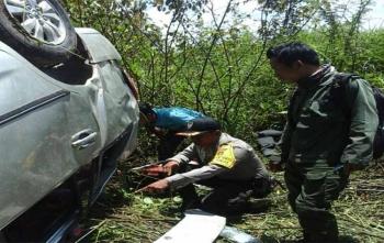 Anggota Bhabinkamtibmas Tumbang Rungan, Polsek Pahandut, Bripka Agus Santoso mengecek kondisi mobil