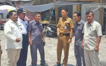Sejumlah anggota DPRD Kota Palangka Raya saat meninjau progres pembangunan pasar Tangkiling.