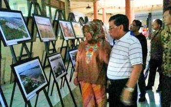 Bupati Kobar Nurhidayah dan suaminya H Ruslan AS saat mengunjungi pameran foto di Gedung Pangkalan Bun Park