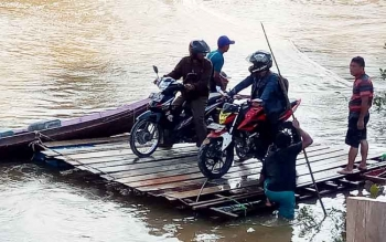 Masyarakat harus menggunakan rakit untuk menyeberangi Sungai Konjoi yang berada di ruas Kuala Kurun-Tumbang Miwan, Kabupaten Gunung Mas.
