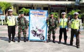 Satlantas Polres Sukamara saat bersama anggota TNI.