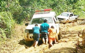 Tim Dinas Kesehatan dan Puskesmas Sei Hanyo, Kecamatan Kapuas Hulu, terjebak di jalan berlumpur saat menuju Desa Baronang untuk memberikan pelayan kesehatan gratis, Senin(9/10/2017).