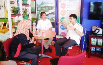 Head Estate Department PT SSMS Ade Irawan Harahap didampingi Koordinator CSR CBI Grup Kharisn Nuryanto menjelaskan kepada wartawan soal operasional drone di stan CBI Grup pada gelaran Kobar Expo, Pangkalan Bun Park, Senin (9/10/2017).