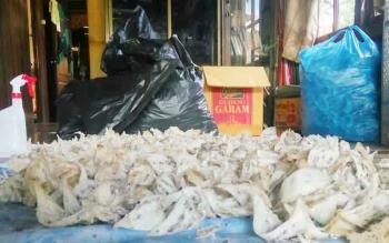 Ratusan sarang burung walet di taruh di atas terpal untuk dibersihkan sebelum dikirim ke luar daerah