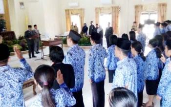 Bupati Lamandau Marukan, saat mengambil sumpah 167 orang PNS di lingkungan Pemkab Lamandau, di Aula Kantor BKPSDM Lamandau, Selasa (10/10/2017)