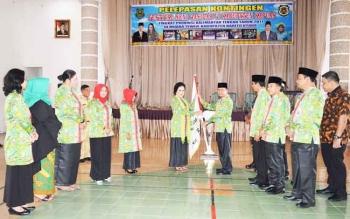 Bupati Kapuas Ir Ben Brahim S Bahat,MM,MT.Menyerahkan bendera kepada ketua Lasqi Kabupaten Kapuas Ary Egahni Ben Bahat di auala Pemkab Kapuas Selasa(10/10/2017) siang.