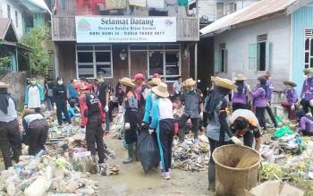 Puluhan siswa ikut memberishkan sampah di Kota Muara Teweh