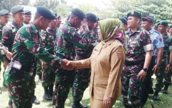 Bupati Kotawaringin Barat Hj Nurhidayah saat memberikan ucapan selamat kepada 130 pasukan Raider Batalyon 631/Antang yang sudah menjalani pendidikan selama 4 bulan di Pusat Pendidikan Pasukan Khusus di Batu Jajar.