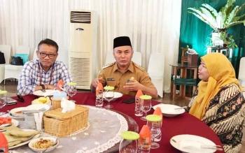 Gubernur Kalteng Sugianto Sabran berdialog dengan Dirjen Pajak Ken Dwijugiasteadi di rumah jabatan, Selasa (10/10/2017)