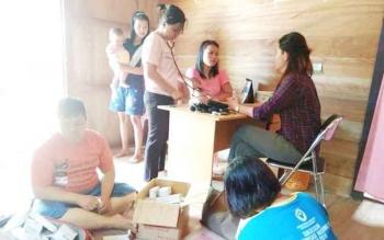Tim tenaga media kesehatan Dinas Kesehatan Kabupaten Kapuas melakukan pelayana kesehatan kepada warag di desa terpencil Senin(9/10/2017).
