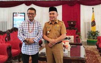 Gubernur Kalteng foto bersama Dirjen Pajak seusai pembahasan terbatas di Istana IM, Selasa (10/10/2017)