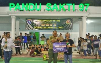 Dandim 1013 Muara Teweh, letkol Adhi Giri Ibrahim saat menyerahkan piala dan uang pembinaan kepada para pemenang.