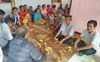 Wakil Bupati Kapuas Muhajirin melayat ke rumah almarhum Dumei Tile di Desa Pulau Keladan, Kecamatan Mantangai, Selasa (10/10/2017).