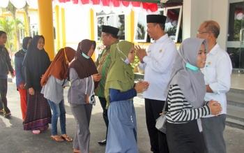 Bupati Sukamara Ahmad Dirman dan Wakil Bupati Windu Subagio melepas kafilah FSQ ke-6, Rabu (11/10/2017).