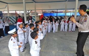 Puluhan anak RA Asmaul Husna, Kota Palangka Raya, dikenalkan rambu lalu lintas oleh jajaran Direktorat Lalu Lintas Polda Kalteng, Rabu (11/10/2017).