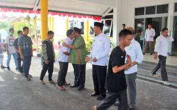 Bupati Sukamara Ahmad Dirman dan Wakil Bupati Windu Subagio saat melepas kafilah FSQ di halaman kantor Setda Sukamara, Rabu (11/10/2017).