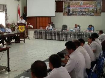 Kepala Dinas PMD Kabupaten Gumas Yulius Agau menyampaikan laporan saat pembukaan lokakarya koordinasi pelayanan sosial dasar 2017 di aula BP3D Gunung Mas, Rabu (11/10/2017).