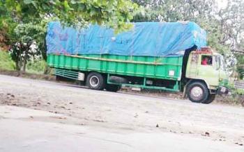 Sebuah truk parkir di jalan sebelum bongkar muat barang.