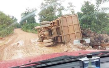 Truk pengangkut buah sawit terguling di daerah Batu Leman, Kecamatan Manismata, Kabupaten Ketapang, Kalbar, Selasa (11/10/2017).