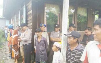 Kapolsek Dusun Selatan, Kabupaten Barito Selatan, AKP Budiono saat memantau lokasi kebakaran di Kelurahan Jelapat, Rabu (11/10/2017).
