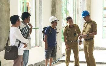 Bupati Barito Utara, H Nadalsyah saat meninjau pembangunan rumah jabatan bupati bersama Kepala Dinas PUPR H Fery Kusmiadi, Rabu (11/10/2017).