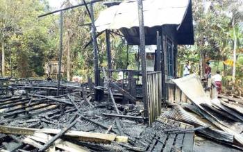 Dua buah rumah warga di Desa Bangkuang Makmur, Kecamatan Mentawa Baru Ketapang, Kabupaten Kotawaringin Timur, ludes terbakar, Rabu (11/10/2017).