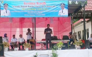 Bupati Barito Utara, H Nadalsyah saat memberikan sambutan saat launching listrik desa di Desa Ketapang, Kecamatan Gunung Timang.