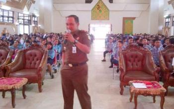 Kajari Barsel Luhur Istigfhar memperkenalkan penegakan hukum kepada pelajar SMP dan SMA di Gedung Pertemuan Umum Jaro Pirarahan, Buntok, Rabu (11/10/2017).