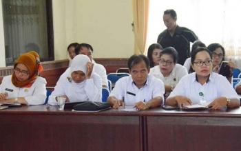 Ketua PGRI Kota Palangka Raya, Ernawati (kiri ujung) saat mengikuti lokakarya mini Kampung KB di Kantor Wali Kota Palangka Raya, Rabu (11/10/2017).