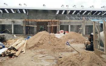 Para pekerja terus bekerja untuk menuntaskan pembangunan Pasar Dermaga Muara Teweh
