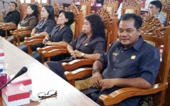 Anggota DPRD Gunung Mas Untung Jaya Bangas (menghadap kamera) saat mengikuti rapat paripurna