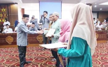 Ketua Baznas Kalteng Chairuddin Halim menyalurkan program beasiswa Baznas pusat sebesar Rp670 juta, Rabu (11/10/2017)