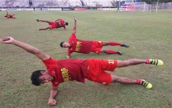 Skuad Kalteng Putra melakukan pemanasan sebelum latihan ringan di Stadion Tuah Pahoe, Palangka Raya beberapa waktu lalu