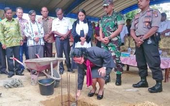 Anggota DPRD Gumas Pendeta Rayaniatie Djangkan saat melakukan peletakan batu pertama pembangunan Gereja Anugrah, Rabu (11/10/2017).