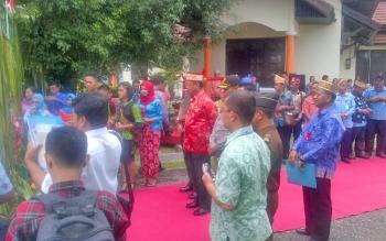 Wabup dan sejumlah pihak bersiap menyambut kedatangan Kepala BKKBN di area Rujab Bupati Lamandau.