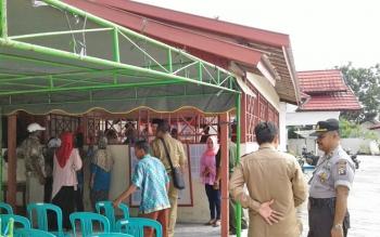 Anggota Polres Sukamara saat melakukan pengamanan dalam penyampaian visi misi calon Kades di Desa Pudu, Kecamatan Sukamara.