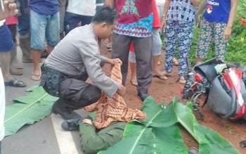 Polisi menutup korban dengan daun pisang dan kain, sebelum dibawa ke RSUD Dr Murjani Sampit, Kamis (12/10/2017).