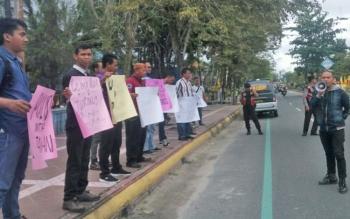 Aksi keprihatinan dan solidaritas wartawan yang bertugas di Kabupaten Kobar terhadap kasus penganiayaan wartawan Metro TV saat bertugas meliput demo di Banyumas.
