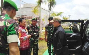 Bupati Edy Pratowo dan Dandim 1011/Klk Letkol Inf Ahmad Syaikhu saat berbincang dengan pimpinan rombongan Lemhannas yang berkunjung ke PLTU Pulang Pisau