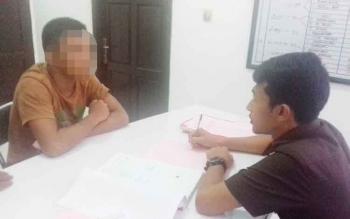 Rantau (18) tersangka kasus asusila saat diperiksa jaksa
