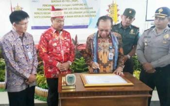 Kepala BkkBN RI Surya Candra Surapaty, didampingi Wakil Bupati Lamandau, Sugiyarto, saat menandatangani prasasti simbol pencanangan 8 Kampung KB di Lamandau. Kegiatan ini berlangsung di GPU Lantang Torang, Kamis (12/10/2017)