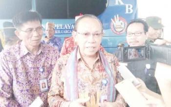 Kepala BKKBN RI, Surya Candra Surapaty, saat dibincangi sejumlah wartawan usai menyampaikan ceramah di GPU Lantang Torang kabupaten Lamandau, Kamis (12/10/2017).