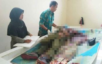 Petugas kamar Jenazah RSUD Dr Murjani Sampit saat melakukan pemeriksaan terhadap jasad korban