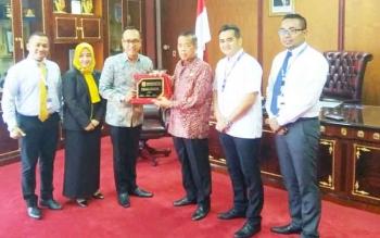 Pimpinan Bank Mandiri memberikan cimdera mata kepada Ketua DPRD Kalteng, R Atu Narang