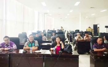 Anggota Komisi B DPRS Kota Palangka Raya, Alfian Batnakanti (kiri ujung) saat mengikuti suatu kegiatan bersama sejumlah anggota dewan lainnya