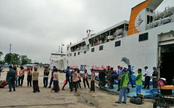 KM Kirana III saat menaikkan penumpang di Pelabuhan Sampit beberapa waktu lalu.
