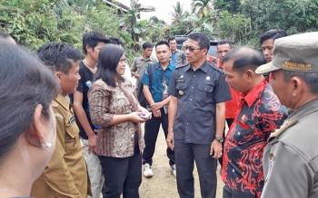 Bupati Mura saat berbincang dengan warga desa